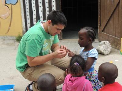 un volontaire sur le projet d'aide à l'enfance en Afrique du Sud