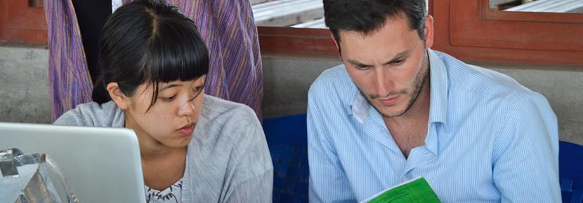 Deux volontaires professionnels au cours d'une mission en microcrédit et micro-finance