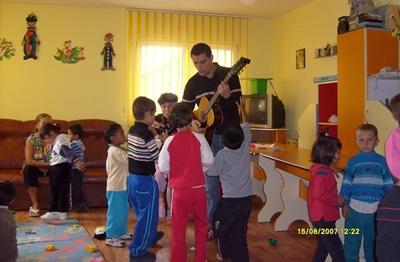 Un volontaire professionnelle en art-thérapie travaille avec un enfant en Roumanie