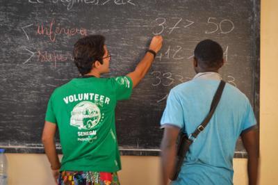 Un volontaire donne des cours à un ancien talibé lors de sa mission en microfinance au Sénégal