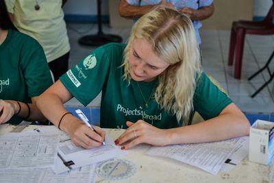 Une volontaire collecte des données lors d'un projet en médecine aux Philippines