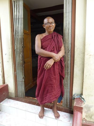 Un moine enseignant dans une école monastique de Dala en Birmanie