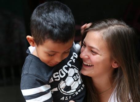 Une volontaire en projet d'aide à l'enfance défavorisée au Costa Rica