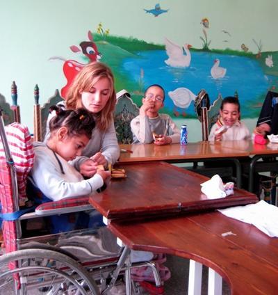 Une volontaire en mission humanitaire en Afrique au Maroc auprès d'enfants handicapés