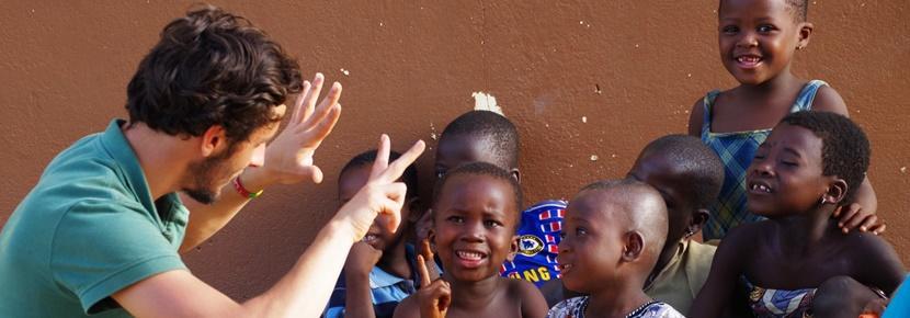 Un volontaire avec des enfants lors d'une mission humanitaire en Afrique