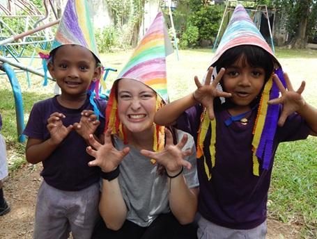 Une volontaire joue avec des enfants dans un centre d'accueil