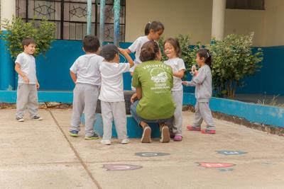 Une volontaire joue avec des enfants lors de son voyage humanitaire étudiant en Equateur